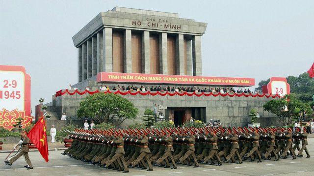 Diễu binh ở lăng Chủ tịch Hồ Chí Minh hồi năm 2005