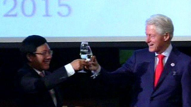 Cựu Tổng thống Mỹ, ông Bill Clinton, nâng cốc cùng Bộ trường Ngoại giao Trần Bình Minh tại Hà Nội