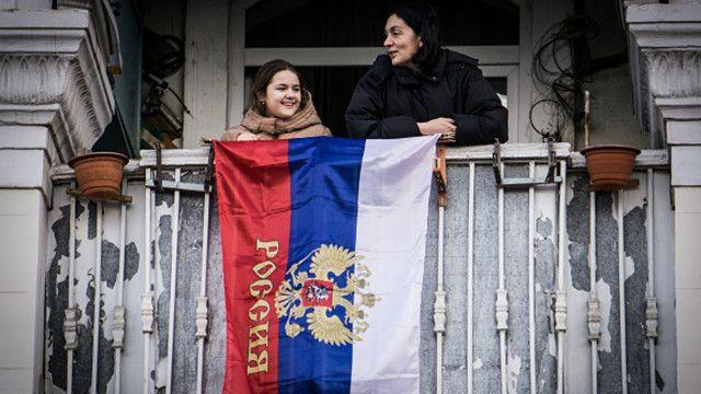 Люди празднуют первую годовщину аннексии Крыма Российской Федерацией