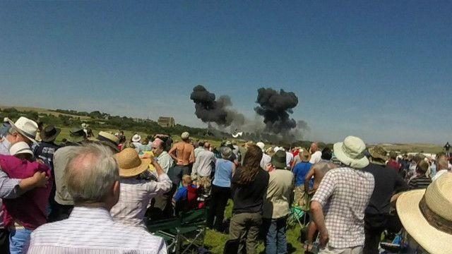 Người xem biểu diễn phi cơ ở Shoreham chứng kiến giây phút chiếc phi cơ Hawker Hunter bị đâm. Ảnh: Nicola Allen