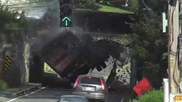 Xe tải đâm vào gầm cầu vì không chú ý chiều cao của xe