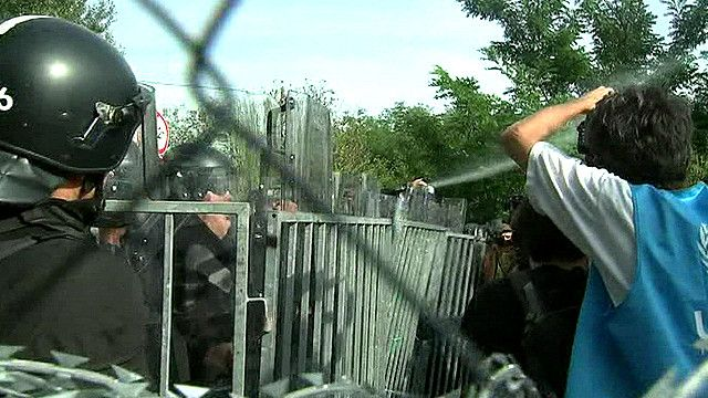 Столкновения мигрантов с полицией на границе Венгрии и Сербии