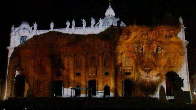 Ảnh động vật hoang dã được chiếu lên tường Thánh đường tại Vatican