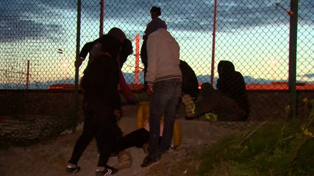 """Подростки из """"Джунглей"""" ждут решения своей судьбы, но все равно пытаются попасть в Британию нелегально"""