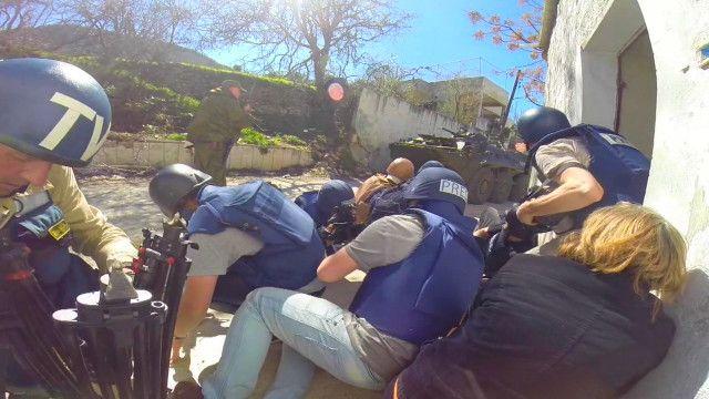Группа журналистов под обстрелом