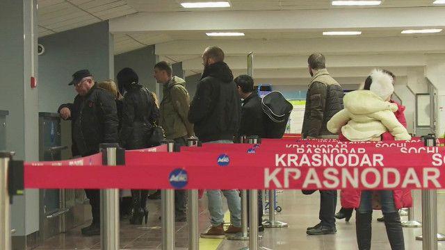 Пассажиры в аэропорту Краснодара