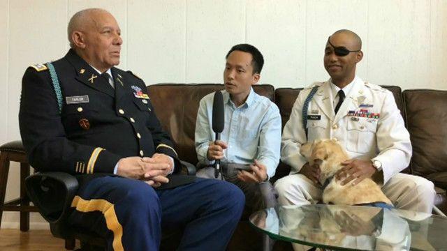 Đại úy James Văn Thạch (bên phải) và Trung tá James Taylor (bên trái) nói chuyện với Nguyễn Hùng