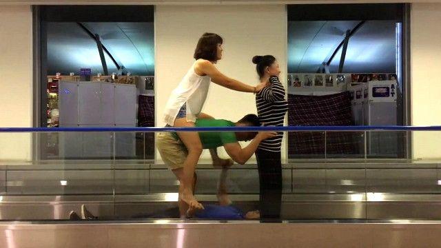 Tiểu khiển khi chờ lên máy bay tại sân bay Tân Sơn Nhất, thành phố Hồ Chí Minh