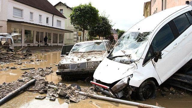 Autos destruidos en una calle cubierta de lodo en Alemania