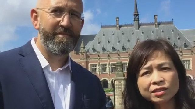 Nga Phạm và Jonathan London trước Tòa án Quốc tế ở La Haye, Hà Lan