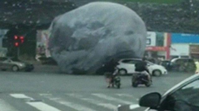 Тайфун в Китае сорвал огромный макет Луны