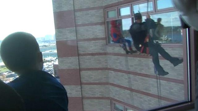 Супергерои появились за окном детской больницы