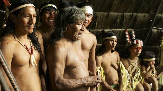 Grupo de huaoranis con shamán.