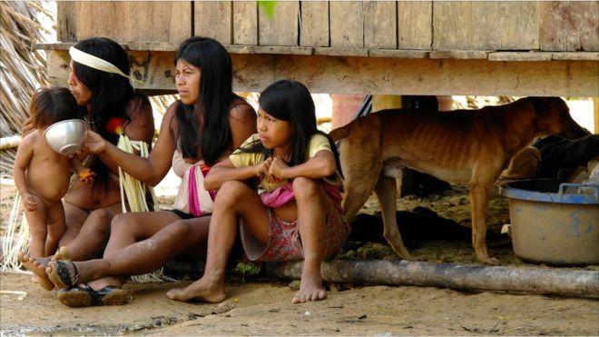 Grupo de mujeres huaorani y sus hijos.