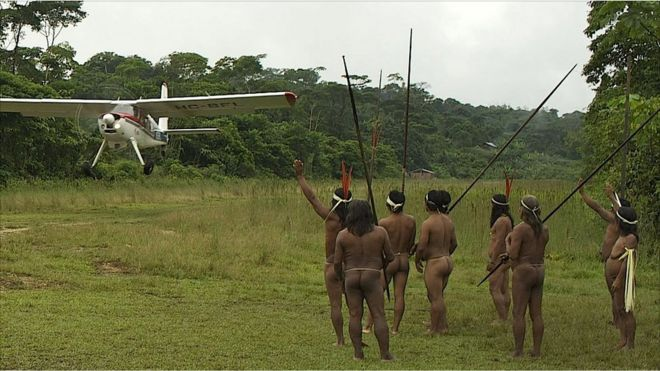 Huaoranis despiden avión
