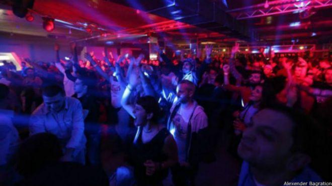 Женщины развлекаются в ночных клубах фото 768-163