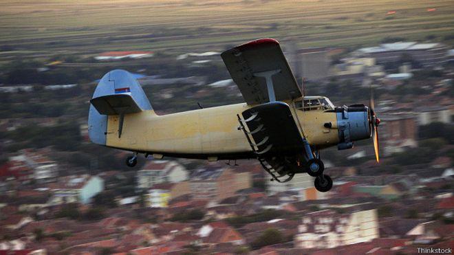 Ан-2 в воздухе над населенным пунктом