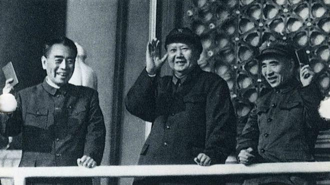 毛泽东(中)与周恩来(左)和林彪(右)