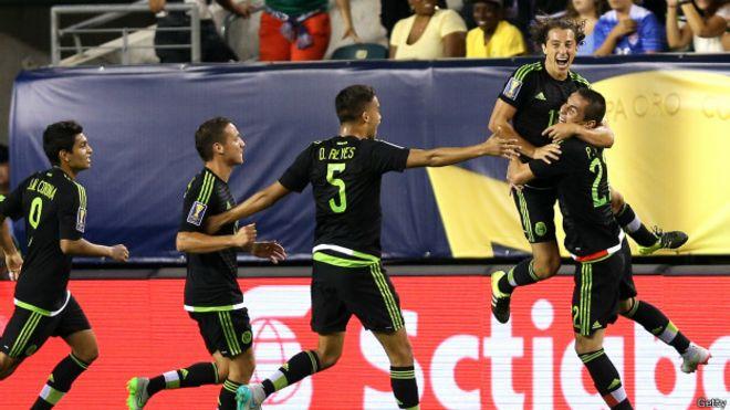 Andrés Guardado celebra gol
