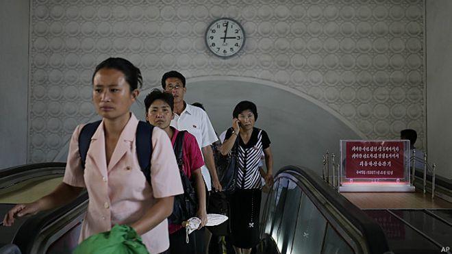 Imagen de 2014 de usuarios del metro de Pyongyang