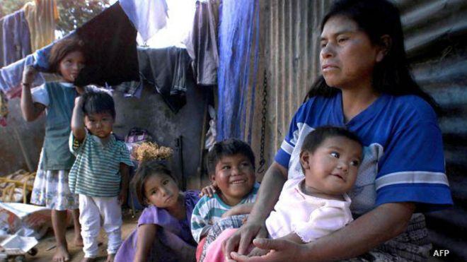 Familia en Guatemala, afectada por la prolongada sequía.