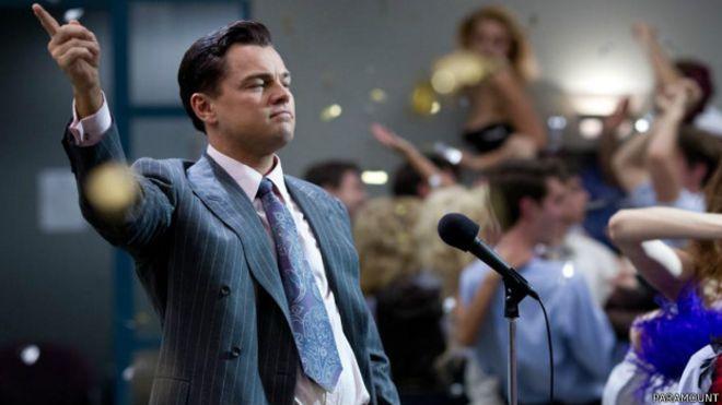 """Leonardo Di Caprio interpretando al bróker Jordan Belfort en """"El Lobo de Wall Street"""". Los salarios de los CEO de Wall Street escandalizan en EE.UU."""