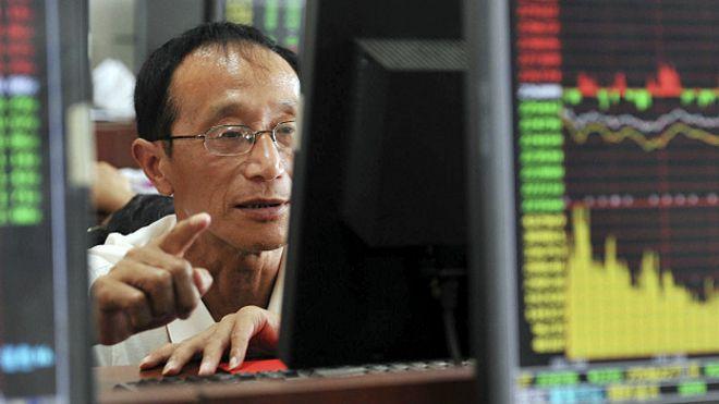 Inversor chino revisa los movimientos de la bolsa