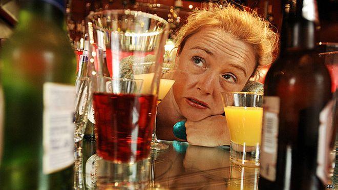 Una mujer bebiendo