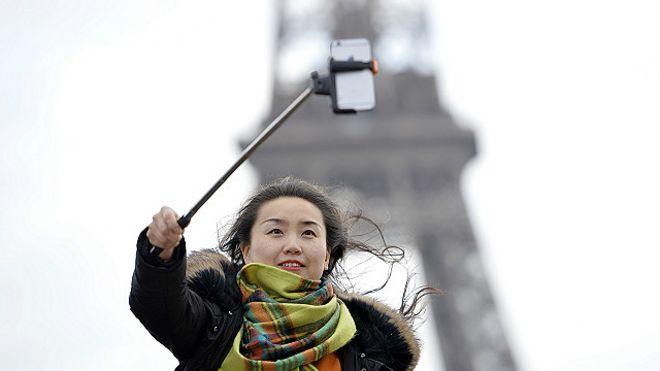 Un joven en la torre Eiffel