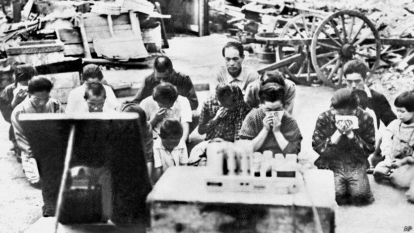 Japoneses escuchan el anuncion de rendición del emperador Hiroito